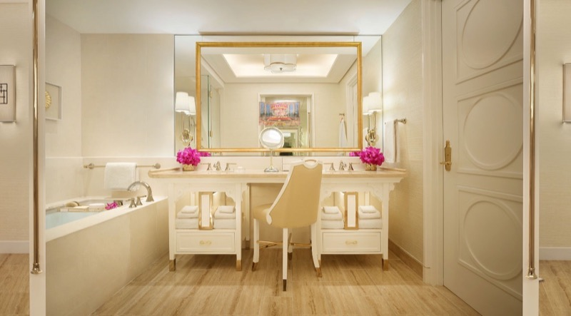 hotels in Macau: A Palace Room bathroom