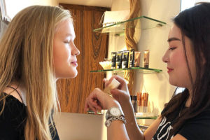 9 things to do with teenagers in hong kong - teen makeup tutorial
